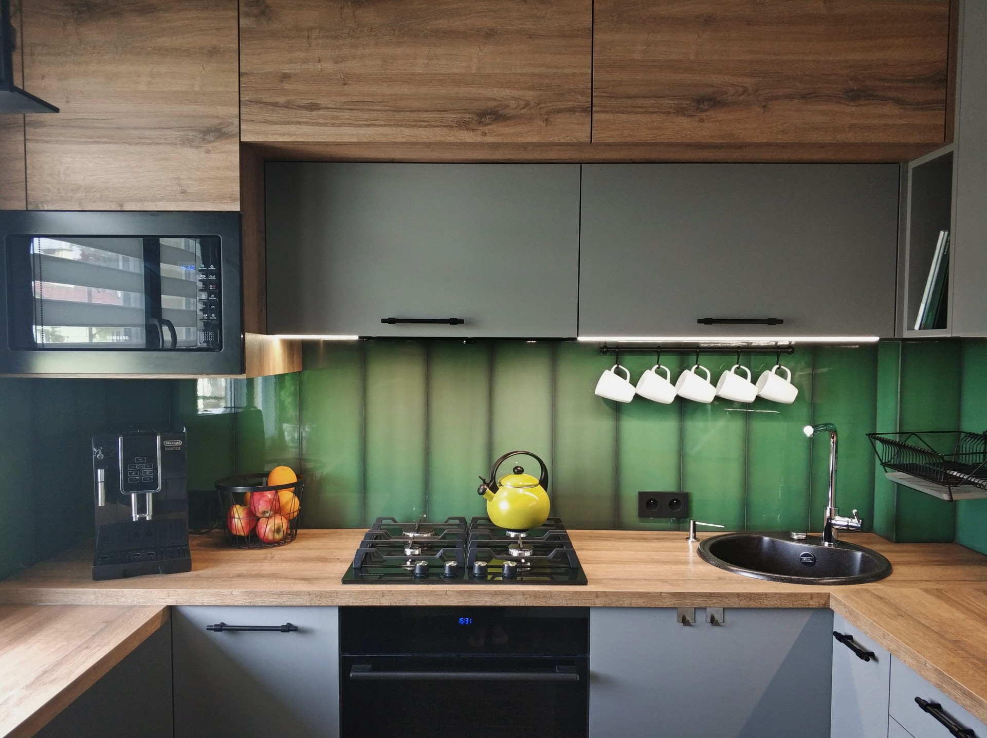 Kuchnia z zielonymi płytkami